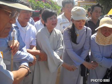 Dây phút vĩnh biệt, Nữ Huynh trưởng Gia Đình Phật tử hát bài Dây Thân Ái – Hình PTTPGQT