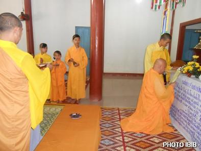 Thượng toạ Thích Minh Chánh tuyên sớ trong lễ Cầu siêu – Hình PTTPGQT