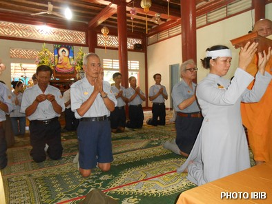 Huynh trưởng Cấp Tấn Tôn Nữ Thị Hường đại diện Ngành nữ GĐPT VN chit khăn tang và đội sớ – Hình PTTPGQT