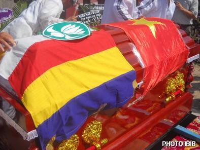 Linh cửu phủ cờ Phật giáo và Huy hiệu Hoa Sen của GĐPT, nhưng phút cuối Công an đã phủ thêm cờ Cộng sản – Hình PTTPGQT