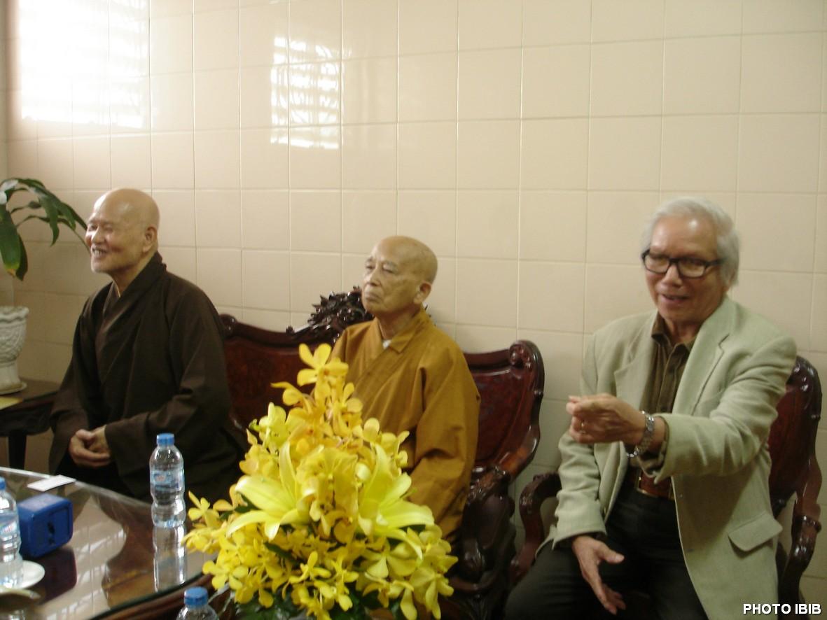 Đức Tăng Thống Thích Quảng Độ, HT Viện trưởng Thích Như Đạt và Cư sĩ Lê Công Cầu tiếp Phái đoàn LHQ tại Thanh Minh Thiền Viện ở Saigon – Hình PTTPGQT