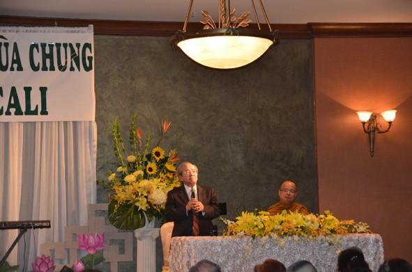 Thượng tọa Thích Giác Đẳng và Cư sĩ Võ Văn Ái thuyết trình tại cuộc Gây Quỹ ở thành phố Houston hôm 7.12.2014