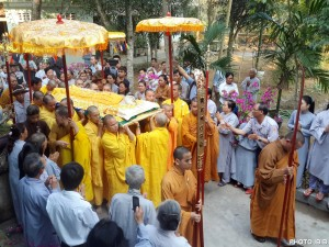Monks carry Thich Nhu Dat's coffin at the funeral service at Long Quang Pagoda, Hue, on 26.2.2015