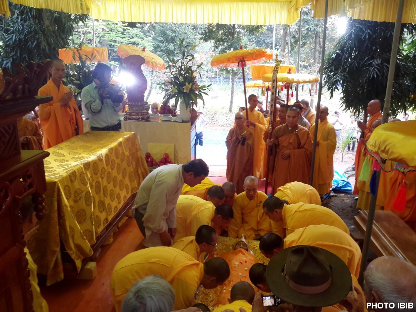 Chuẩn bị NHập quan tại lều bạt trước Bảo tháp nơi khuôn viên Tu viện Long Quang
