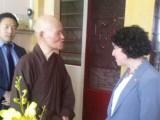 Bà Rena Bitter, Tổng Lãnh sự Hoa Kỳ, đến Thanh Minh Thiền Viện vấn an và trao đổi với Đức Tăng Thống Thích Quảng Độ về tình hình Giáo hội Phật giáo Việt Nam Thống nhất