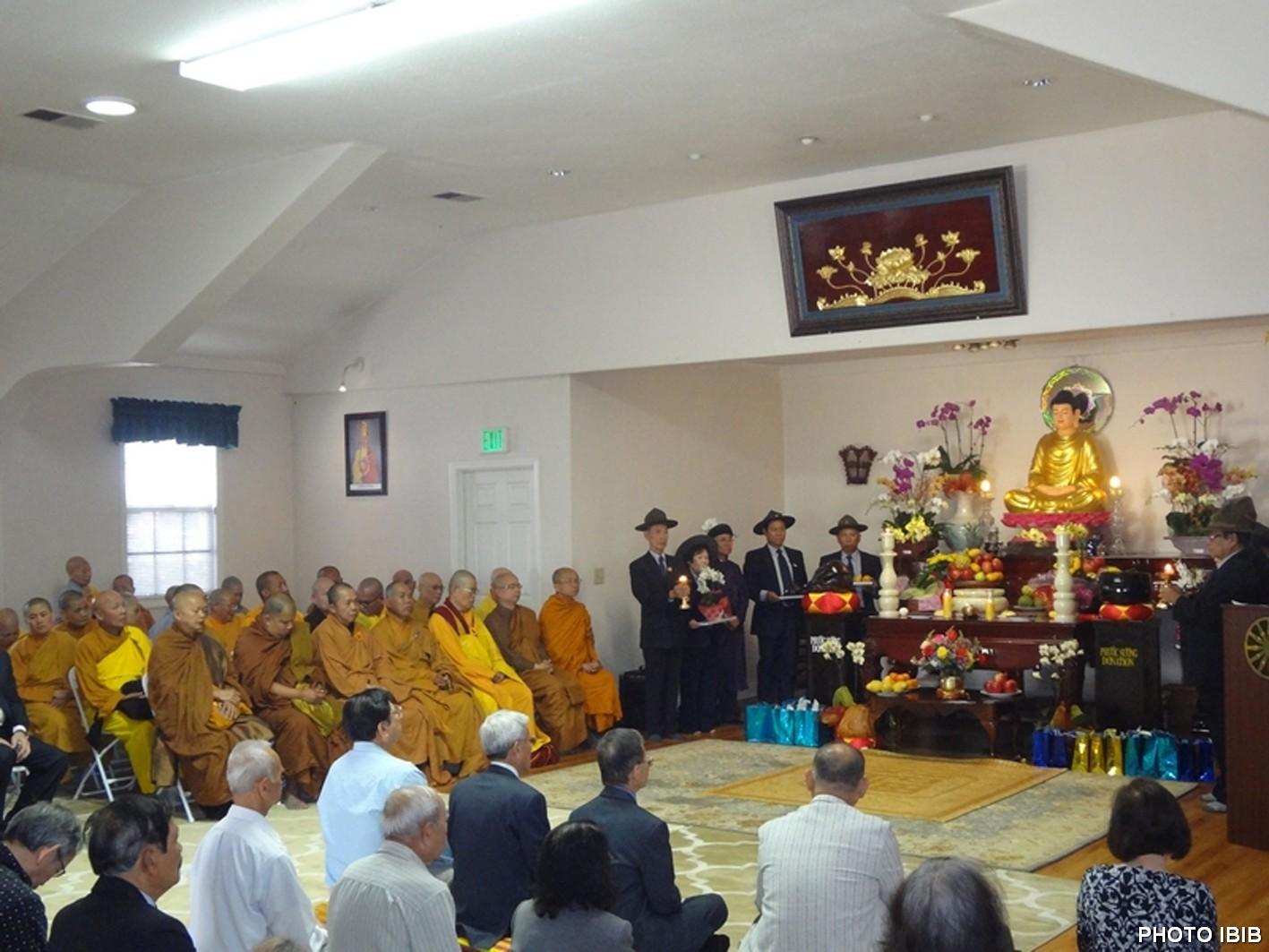 Chư Tăng Ni, Phật tử chuẩn bị hành lễ Chung thất tại Chánh điện chùa Phật Quang