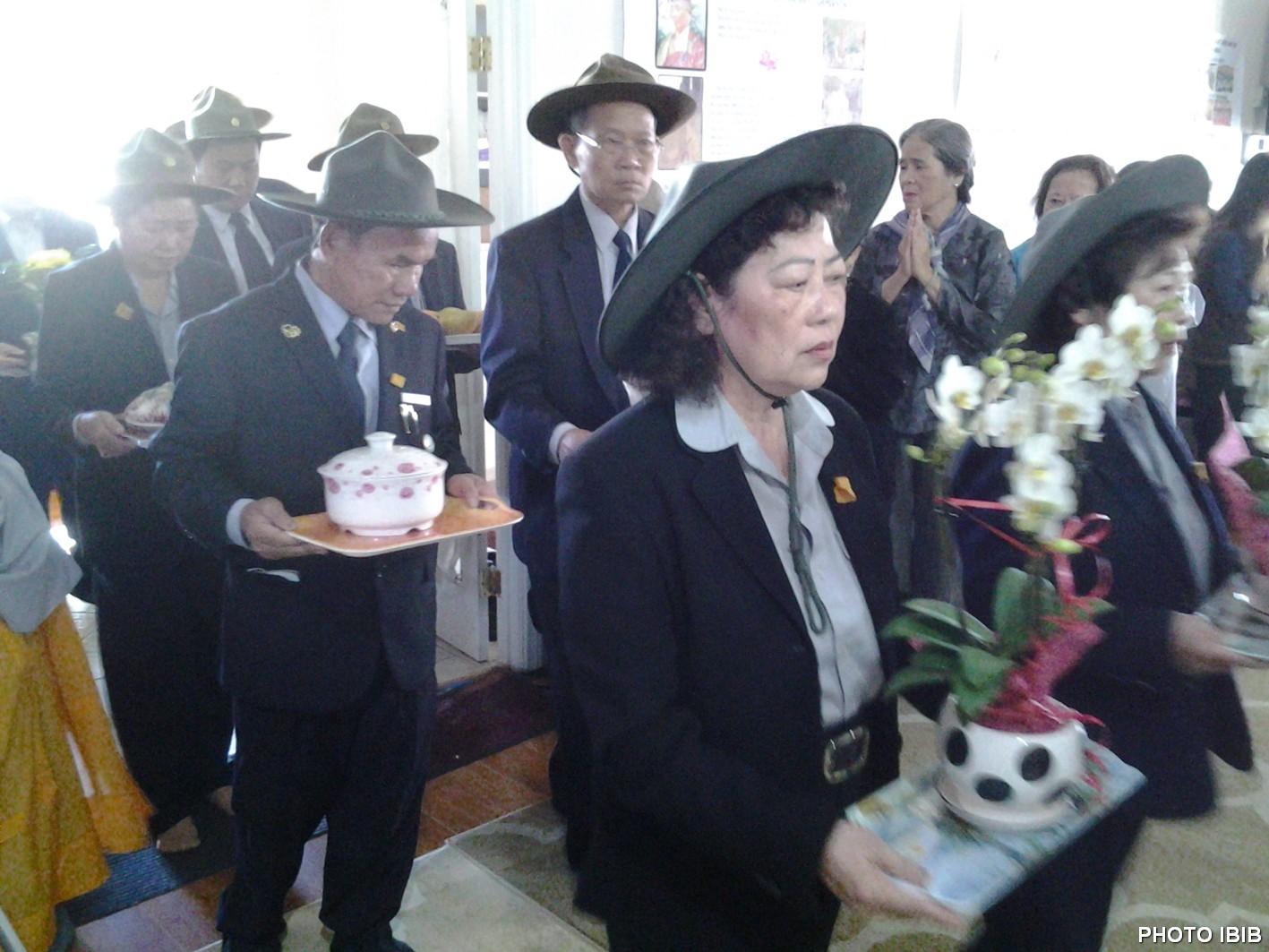 Huynh trưởng Gia Đình Phật tử Pomona mang hương hoa dâng cúng