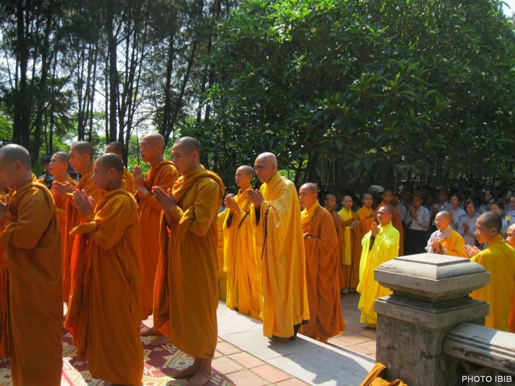 Phái đoàn Giáo hội Phật giáo Việt Nam Thống nhất, do HT Thích Thanh Quang dẫn đầu, trước Bảo tháp Đức Đệ Tam Tăng Thống Thích Đôn Hậu tại chùa Linh Mụ, Huế