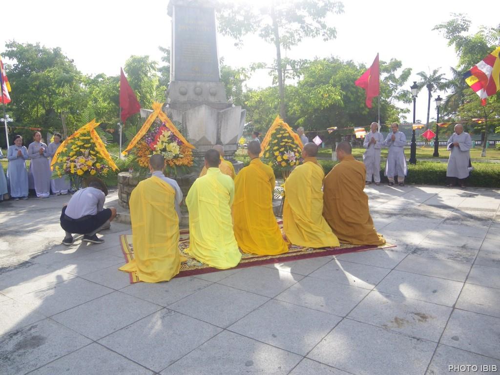 Đặt Vòng hoa trước tượng đài Thánh Tử Đạo, Huế