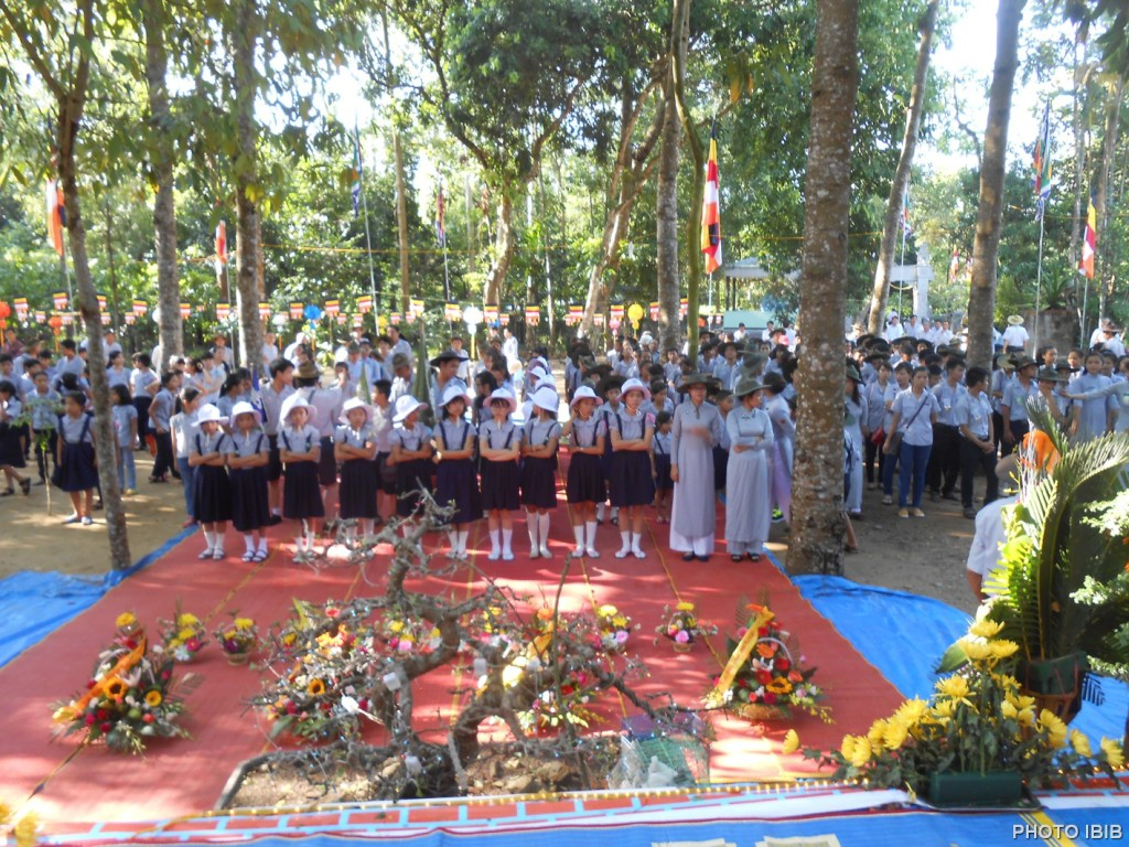 Các em Oanh Vũ trước Lễ Đài