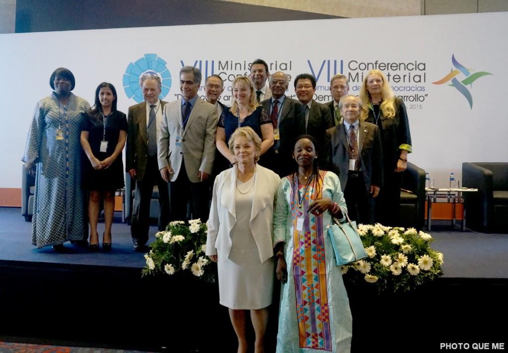Bà Maria Lessner Tổng Thư ký Cộng đồng các Quốc gia Dân chủ chụp hình chung với các Uỷ viên Ban Thường vụ các tổ chức Phi Chính phủ thuộc Cộng đồng các Quốc gia Dân chủ