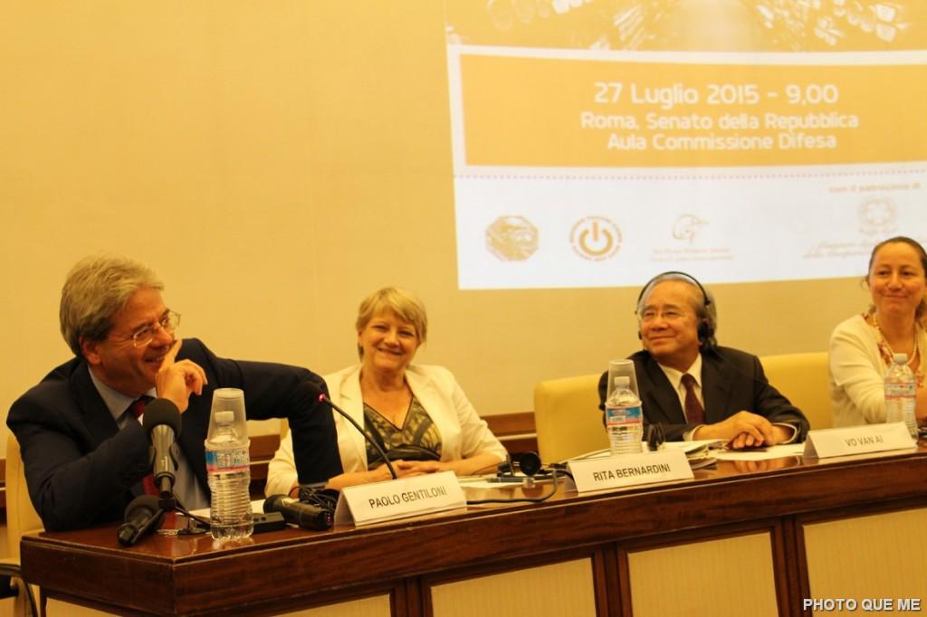 Ông Paolo Gentillon, Ngoại trưởng Ý ngồi ngoài cùng đang tham luận, bên tay trái của Ngoại trưởng là ông Võ Văn Ái