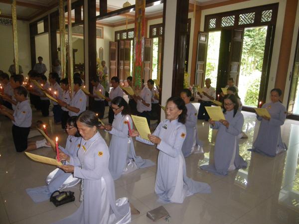 Các Anh Chị Huynh trưởng hoàn mãn Trại Vạn Hạnh làm lễ Truyền Đăng và Phát nguyện Lên Đường phục vụ GHPGVNTN