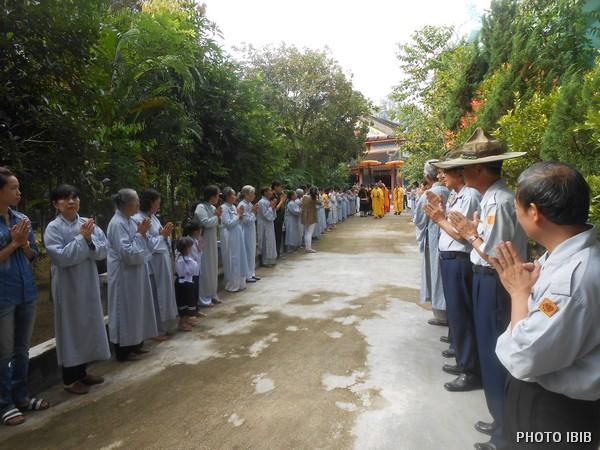 Phật tử cung nghinh chư Tăng vào Chánh điện Long Quang - Hình PTTPGQT