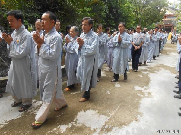 Phật tử theo gót chư Tăng vào Chánh điện - Hình PTTPGQT