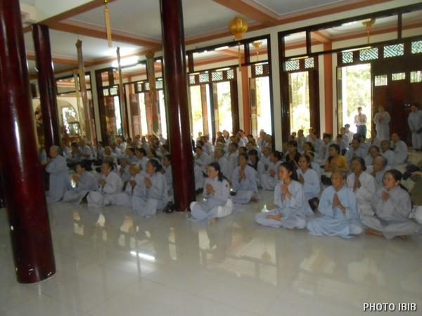 Một góc Chánh điện Long Quang : Phật tử Cầu nguyện - Hình PTTPGQT