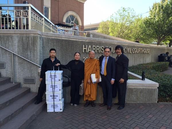 Luật sư Tammy Trần mang 4 hộp hồ sơ lớn bao gồm những chứng liệu tới Toà án Dân sự Quận hạt Harris tại thành phố Houston hôm 7-12-2015