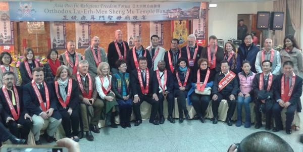 Participants au APRFF à Taiwan avec notamment (au premier rang) Katrina Lantos Swett (USCIRF), Madame Annette Lu (ancienne Vice-Présidente de Taiwan) et Võ Trần Nhật (CVDDH)