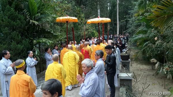 Chư Tăng tiến về Bảo đình Ngài Cố Viện trưởng Viện Hoá Đạo trong khuôn viên Tu viện Long Quang