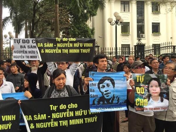 Tụ tập biểu tình trước phiên toà xử blogger Nguyên Hữu Vinh (Anh Ba Sàn) và Nguyện Thị Minh Thuý hôm 23-3-2016 là những người sẽ bị bắt giam chiếu Thông tư 13 của Bộ Công an