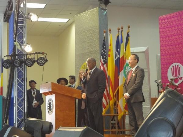 Ông Thị trưởng thành phố Houston, Sylvester Turner, phát biểu, cạnh bên là Nghị viên Thành phố Stephen Lê