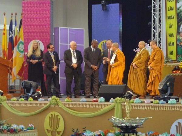 Ông Thị trưởng và Nghị viên Stephen Lê trao bằng Tưởng lệ cho Hòa thượng Viện chủ chùa Liên Hoa Thích Huyền Việt