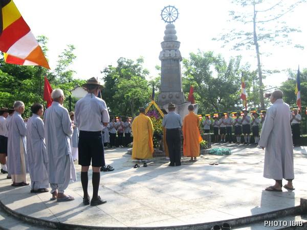 Vòng hoa đặt tại Đài kỷ niệm Thánh Tử Đạo cạnh cầu Trường Tiền