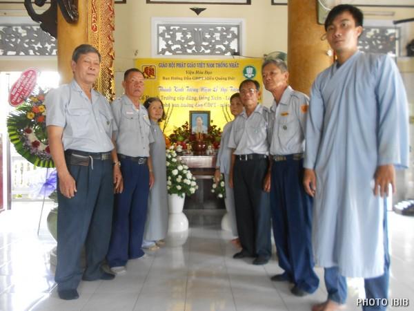 Các Huynh trưởng Đại diện các Ban Hướng dẫn trước Linh đài
