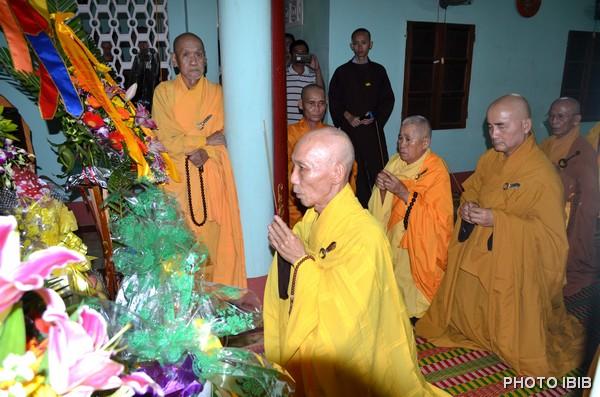HT Viện trưởng VHĐ Thích Thanh Quang niêm hương và dâng lời Phát nguyện