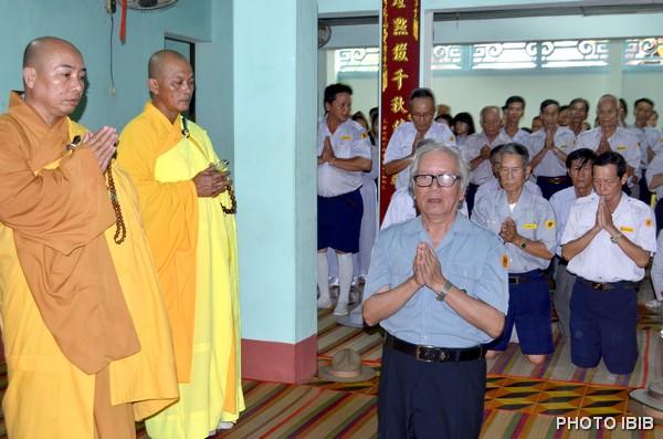 Htr Lê Công Cầu, Vụ trưởng Gia Đình Phật tử Vụ, thỉnh cầu chư Tôn túc cho các Htr Cấp Dũng và Cấp Tấn tân thăng được đảnh lễ Giác linh Đức Cố Đệ Tứ Tăng Thống