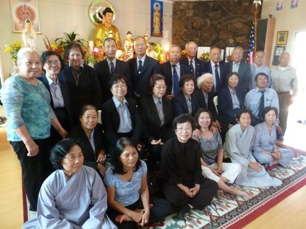 Các Đạo hữu Chùa Phật Quang chụp hình lưu niệm