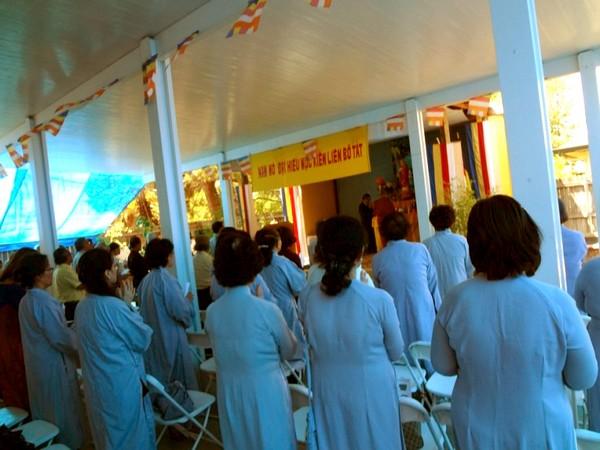 Phật tử hành lễ trước Chánh điện