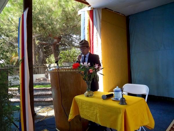 Huynh trưởng Nguyên Giác Nguyễn Mạnh Hải tuyên đọc Thông bạch Vu Lan của Viện Hoá Đạo