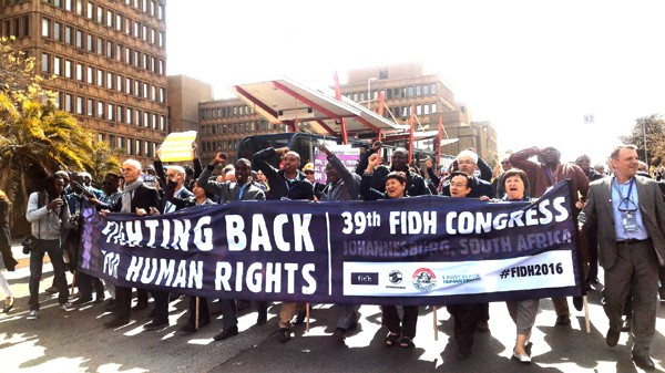 """Uỷ ban Bảo vệ Quyền Làm Người Việt Nam tham gia cuộc biểu tình """"Tiến công cho Nhân quyền' do FIDH tổ chức tại Johannesburg ngày 23-8-2016. Ông Võ Trần Nhật, người thứ 3 từ phải sang. Photo TAHR"""