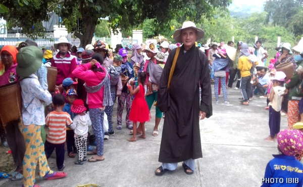 Đồng bào dân tộc nghèo tại Phước Kháng, Huyện Thuận Bắc, Ninh Thuận, đang chờ nhận hàng cứu trợ