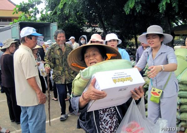 Đồng bào nhận phẩm vật cứu trợ tại Xã Tân Thành