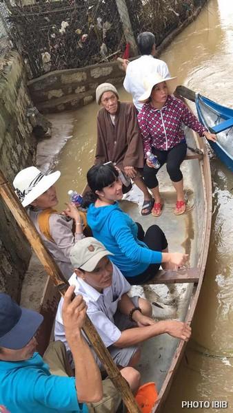 HT.Thích Tâm Liên cùng quý Phật Tử vào chùa Thiên Phước bằng thuyền