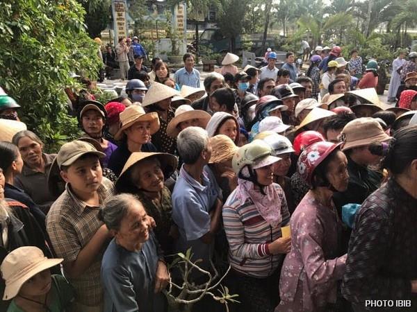 Đồng bào bị lũ lụt chờ nhận hàng cứu trợ tại chùa Trung Thành