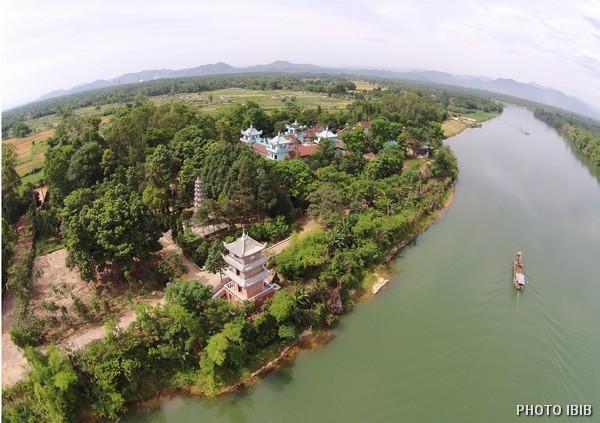 Tu viện Long Quang cạnh giòng sông Bồ – Hình PTTPGQT