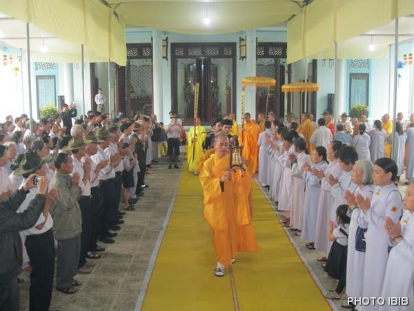 Phật tử và Gia Đình Phật tử cung thỉnh chư Tăng Hội đồng Lưỡng Viện quang lâm Giác linh đường