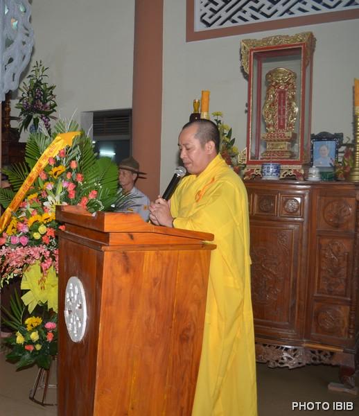 ĐĐ Thích Lệ Trụ điều phối chương trình và cung thỉnh chư tôn giáo phẩm dâng hương bạch Phật