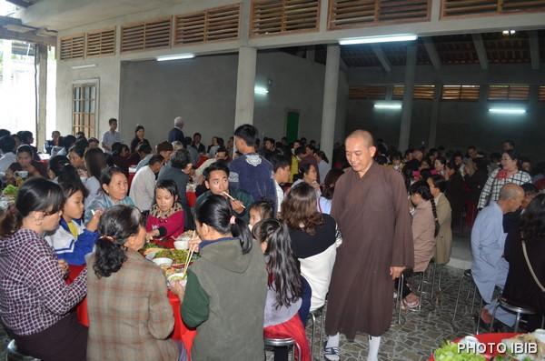 TT Thích Minh Nhơn Trị sự Tu viện Long Quang thăm hỏi Phật tử trong giờ thọ trai