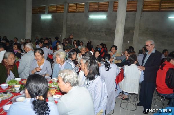 Đạo hữu Lê Công Cầu, Tổng Thư ký Viện Hoá Đạo thăm hỏi bà con Phật tử vào giờ thọ trai