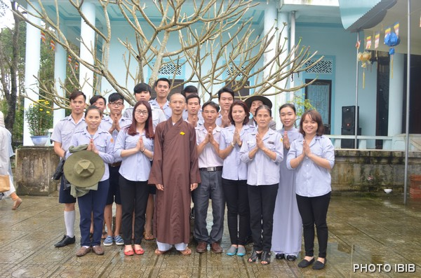 Các đoàn sinh Gia Đình Phật tử chụp hình lưu niệm với HT Thích Minh Quang, Trụ trì Tu viện Long Quang