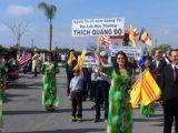 Đúc tính Vô Uý trong bức Thông điệp Xuân của Đức Tăng Thống — Hình ảnh Đức Tăng Thống tại cuộc Diễn hành Tết ở Little Saigon, California