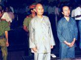 Đại lão Hoà thượng Thích Quảng Độ trước toà án Nhân dân TP Hồ Chí Minh năm 1995 để lãnh án 5 năm tù giam và 3 năm quản chế vì « tội » đi cứu trợ đồng bào bị lũ lụt ở đồng bằng Sông Cửu Long