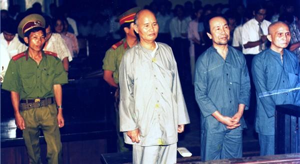 Thích Quảng Độ condamné à 5 ans d'emprisonnement pour avoir organisé une mission d'aide aux victimes des inondations dans le Delta du Mékong (procès du 15 août 1995)