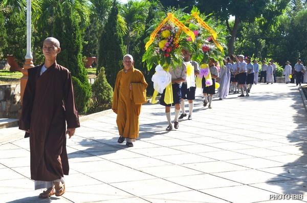 HT Thích Minh Quang (đi đầu) hướng dẫn các Vòng hoa dâng lên Giác linh Đức Đệ Tứ Tăng Thống