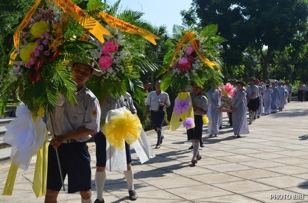 Các Vòng hoa được Gia Đình Phật tử đưa về dâng Giác Linh Đài