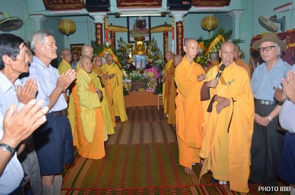 Hoà thượng Thích Tâm Liên (cầm micro) ban Huấn từ cho Anh Chị Em Gia Đình Phật tử Việt Nam